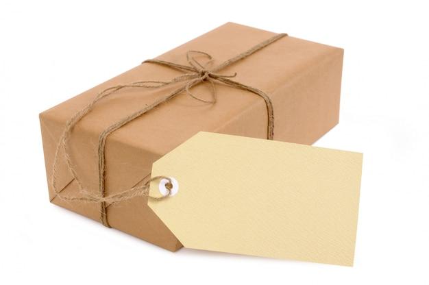 Paquet de papier brun fin avec une étiquette-cadeau surdimensionnée.