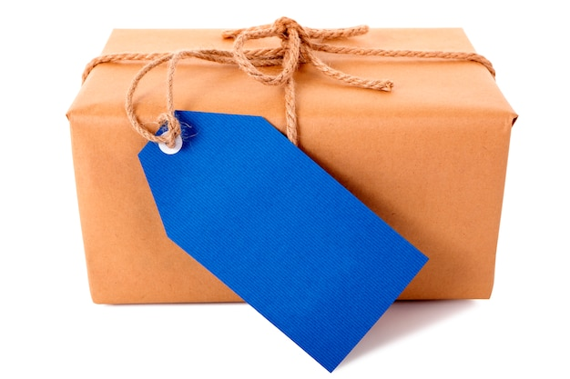 Paquet de papier brun simple ou colis, étiquette-cadeau bleu