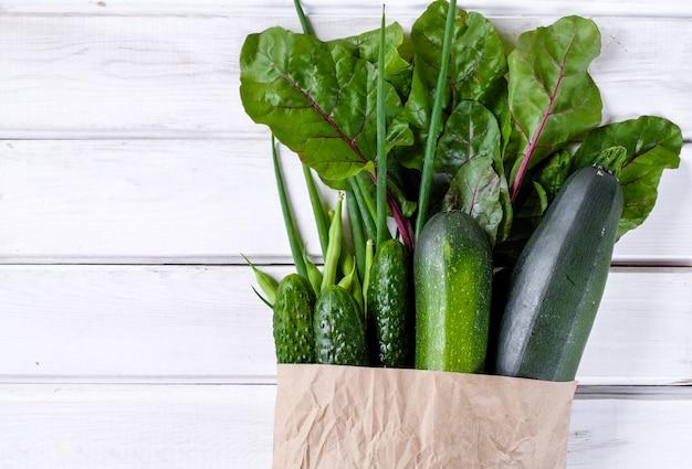 Paquet de papier rempli de légumes verts frais