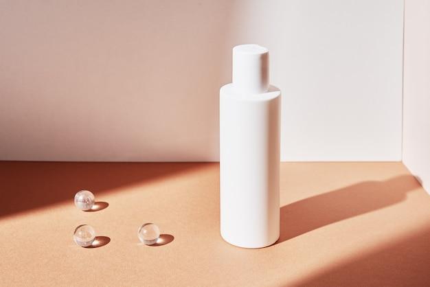 Paquet de produit beaty. bouteille cosmétique sur fond beige pastel. maquette de cosmétiques