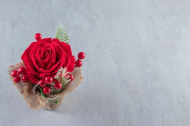 Un paquet de rose rouge, sur la table blanche.
