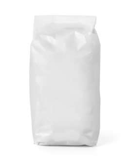 Paquet de sac de papier vierge de farine isolé sur blanc avec un tracé de détourage