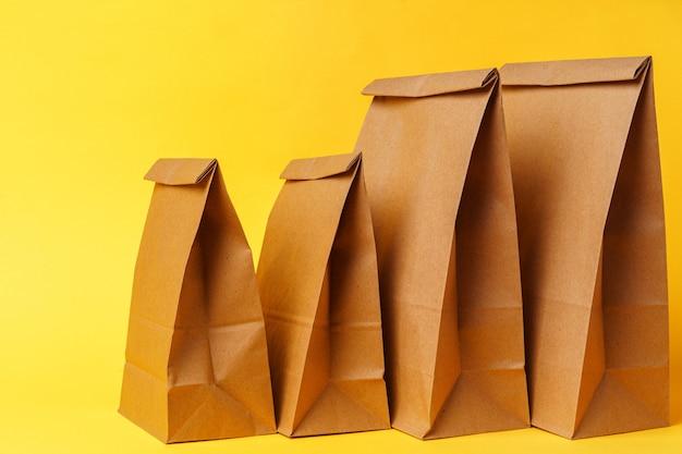 Paquets d'artisanat sur fond de papier jaune vif