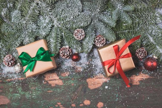 Paquets cadeaux brunes sur les feuilles d'un pin