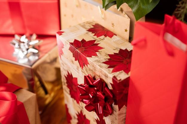 Les paquets de cadeaux sous l'arbre