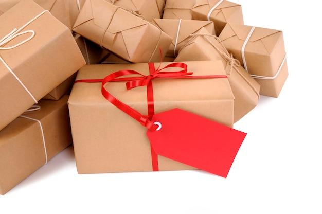 Paquets de courrier avec étiquette de cadeau rouge
