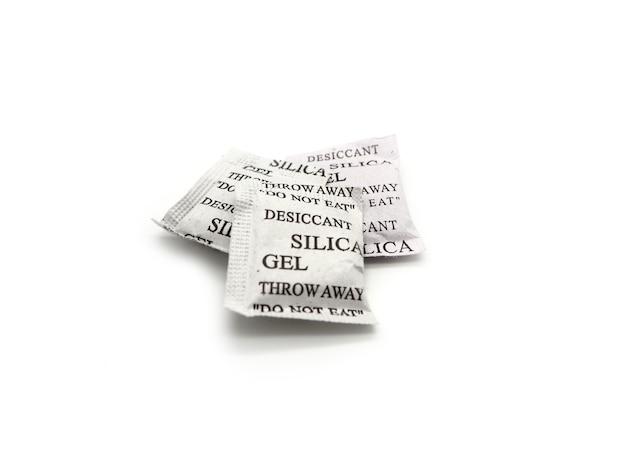 Paquets de gel de silice isolés sur fond blanc.