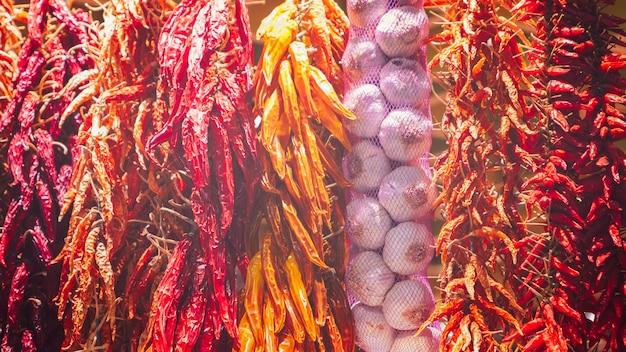 Paquets de piments rouges et jaunes séchés au soleil et d'ail (effet photo vintage)