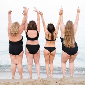 Par derrière, des femmes se tenant la main en l'air