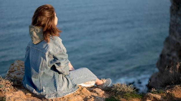 Par derrière tourné femme et océan