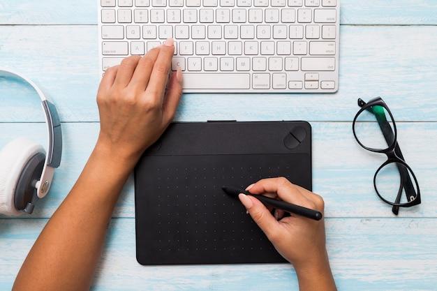 Par dessus les mains à l'aide d'une tablette graphique