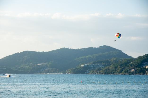 Le parachute ascensionnel au-dessus de la mer avec un beau fond de ciel bleu à la plage de patong,