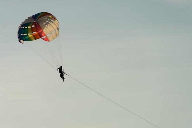 Le parachute ascensionnel au-dessus de la mer avec un beau fond de ciel bleu