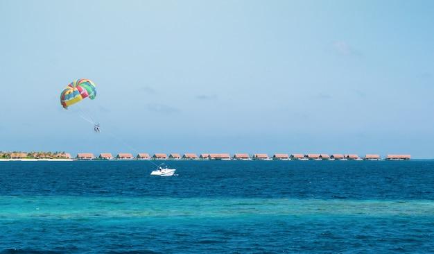 Parachute ascensionnel aux maldives.
