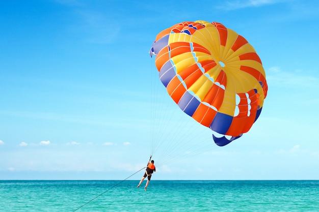 Parachute ascensionnel sur la plage tropicale en été.