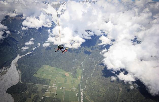 Parachutisme en tandem quelques secondes après avoir sauté d'un avion franz josef nouvelle-zélande