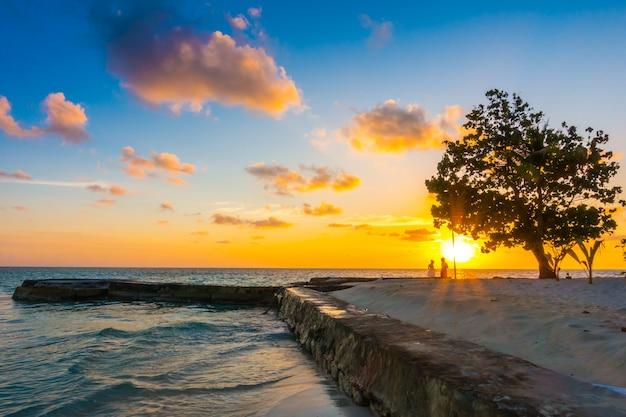 Paradis de vacances île crépuscule tourisme