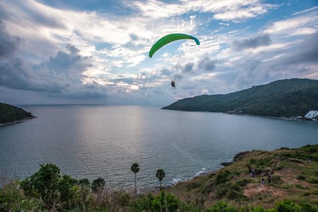Paraglider chassant le coucher de soleil sur le point de vue du moulin à vent