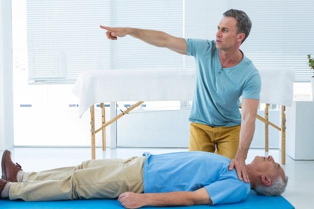 Paramédic effectuant une réanimation sur un patient