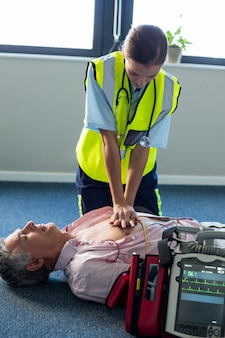 Paramédic utilisant un défibrillateur externe lors de la réanimation cardio-pulmonaire