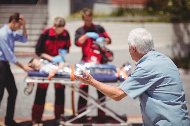 Les paramédics examinent un garçon blessé