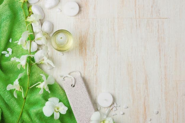 Paramètres du spa. divers articles utilisés dans les traitements de spa sur fond de bois blanc.