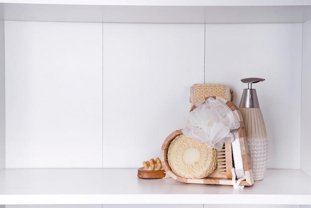 Paramètres de spa naturel et produits dans une boîte en bois en forme de cœur