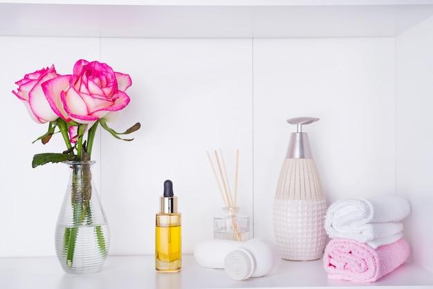 Paramètres de spa avec des roses et divers éléments utilisés dans les traitements de spa pour la saint-valentin romantique
