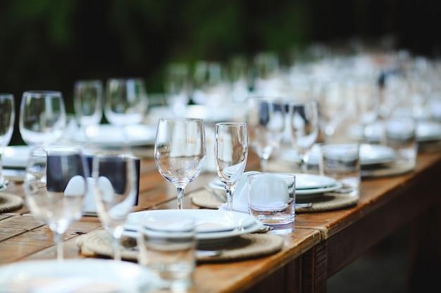 Paramètres de table de mariage ou d'anniversaire de style rustique.