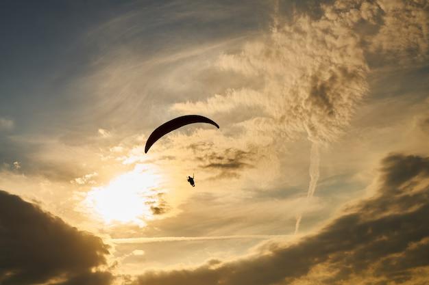Parapente au coucher du soleil
