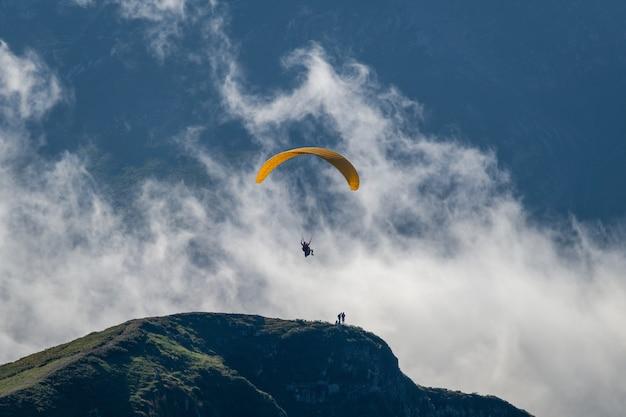 Parapente au-dessus des nuages