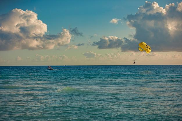 Parapente dans la mer au coucher du soleil à dominicus