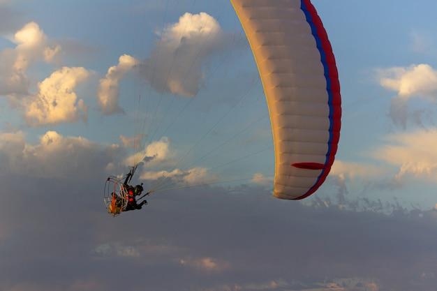 Parapente faisant des manœuvres acrobatiques.