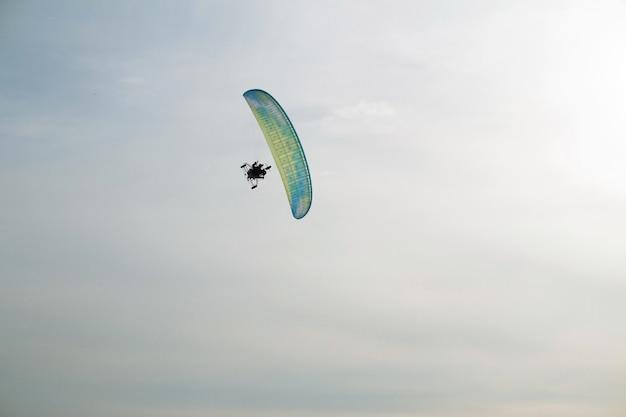 Parapente à moteur survole la mer recouverte de glace et de neige