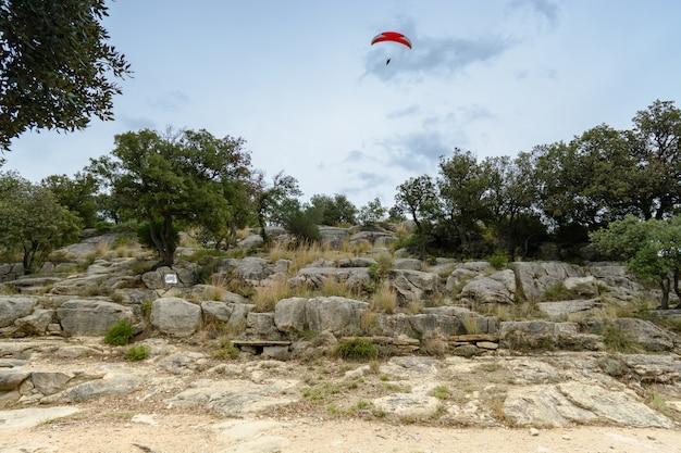 Parapente sur les rochers