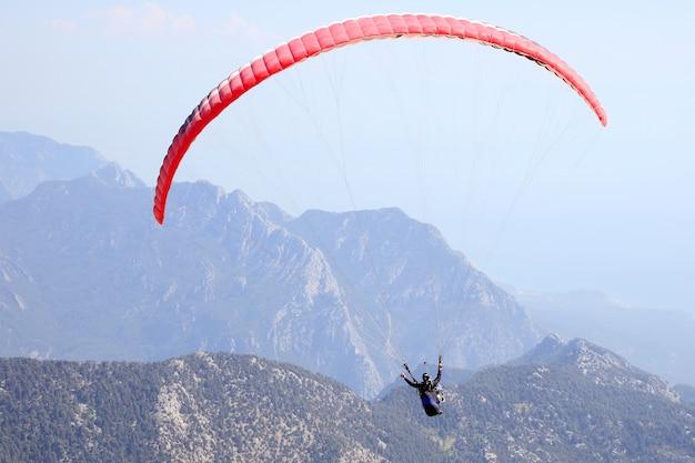 Parapente volant sur une aile dans le ciel