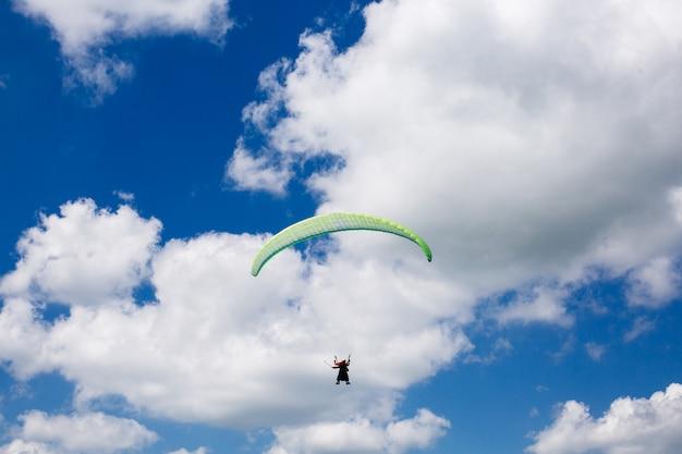 Parapente volant dans les nuages. parapente dans le ciel. sport extrême