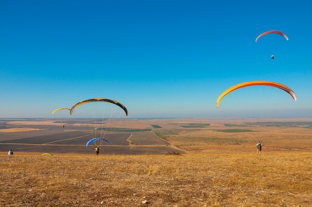 Parapente voler dans le ciel par une journée ensoleillée active à koktebel