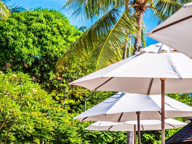 Parapluie blanc avec cocotier et océan de la mer