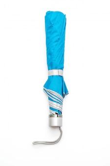 Parapluie bleu sur fond blanc