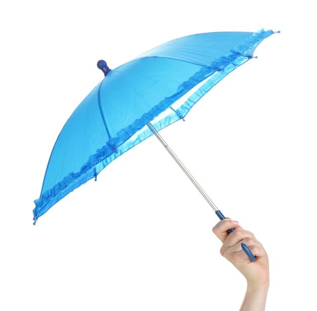 Parapluie bleu à la main sur blanc