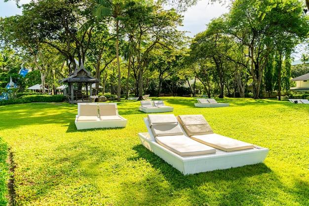 Parapluie et chaise dans le jardin pour bronzer