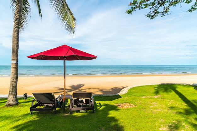 Parapluie et chaise avec vue sur la mer dans l'hôtel resort pour le concept de voyage de vacances de vacances