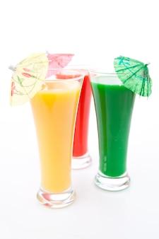Parapluie cocktail dans trois verres