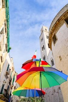 Parapluie coloré drôle avec ciel