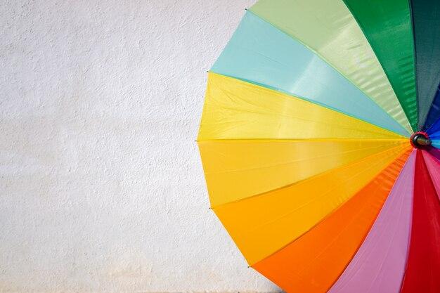 Parapluie coloré isolé sur fond blanc