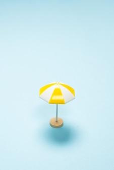 Parapluie jaune sur fond bleu. espace de copie.