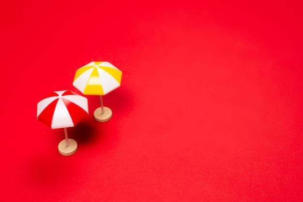 Parapluie jaune sur fond rouge. espace de copie.
