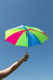 Parapluie multicolore sur fond de ciel bleu