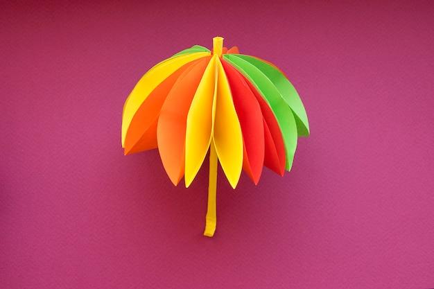 Parapluie en origami coloré de belle artisanat